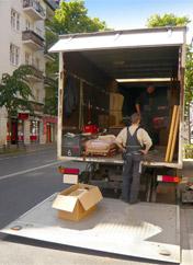 Ein Mitarbeiter des Umzugsunternehmen aus Recklinghausen beim verladen des Lkw's